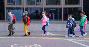 صورة لاطفال المدرسة حيث كيبيك تسجل 8129 حالة إصابة بـ COVID-19 في 1642 مدرسة