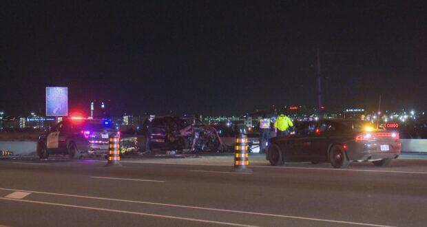صورة لموقع حادث تصادم سيارة حيث لقي شخصان مصرعهما بعد اصطدام سيارة واحدة على الطريق السريع 427