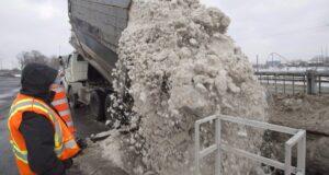 صورة لفرق ازالة الثلوج من الطرق حيث مقاطعة كيبيك تحذر السائقين من الطرق الزلقة بعد الثلوج الكثيفة والأمطار المتجمدة
