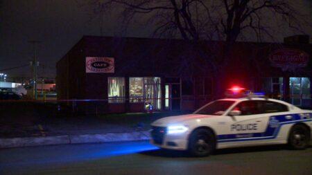 صورة لسيارة شرطة مونتريال في موقع المقهى حيث إحراق مقهى بمستودع في منطقة مونتريال للمرة الثانية خلال ليلتين