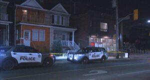 صورة للشرطة في موقع الحادث حيث نُقل رجل إلى المستشفى بعد تعرضه للطعن عدة مرات في حفلة ويست إند