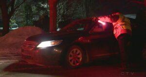صورة لضابط شرطة يرشد سائق سيارة للطريق حيث اصطدام سائق بعمود إنارة على الطريق السريع 640 أدى إلى تصادم خمس سيارات