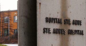 صورة لواجهة مستشفى سانت-آن حيث المقيمون في مستشفى سانت-آن يطالبون ببذل المزيد لاحتواء تفشي COVID-19