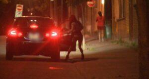 صورة لفتاة تهم بالركوب إلى سيارة حيث أن دراسة لورينتيان تشير إلى أن الاتجار بالبشر أكثر شيوعًا في كيبيك مما يدركه الكثيرون