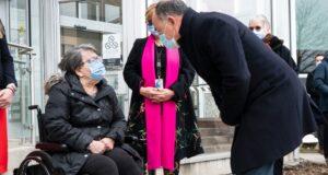 وزير الصحة في كيبيك كريستيان دوبي يحيي موسى بن ميمون المقيمة في CHSLD جلوريا لالوز بعد أن تلقت الجرعة الأولى من لقاح COVID-19 في مونتريال ، يوم الاثنين ، 14 ديسمبر ، 2020. الصحافة الكندية / بول شياسون