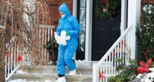 تحقق الشرطة في مسرح الجريمة حيث تم العثور على فتاة تبلغ من العمر سبع سنوات ميتة في منزل عائلتها ، الإثنين 4 يناير 2021 في لافال ، كيو. الصحافة الكندية / ريان ريميورز
