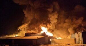 دمر حريق مصنع بيلت رايت شاحنة بالكامل في ليستر ، كيبيك ، مما أدى إلى عطل 30 موظفًا في الوقت الحالي. المصدر: Laurier-Station Fire Department / Facebook