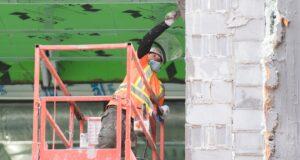 عامل بناء يرتدي قناع وجه في مونتريال ، السبت ، 14 نوفمبر 2020 ، مع استمرار وباء COVID-19 في كندا وحول العالم.الصحافة الكندية / غراهام هيوز