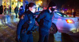 ألقت الشرطة القبض على رجل بعد الساعة 8 مساءً مع بدء حظر تجول في مقاطعة كيبيك لمواجهة انتشار COVID-19 يوم السبت 9 يناير 2021 في مدينة كيبيك. وسار عدد من المتظاهرين وسط المدينة للاحتجاج على حظر التجول. الصحافة الكندية / جاك بواسينو