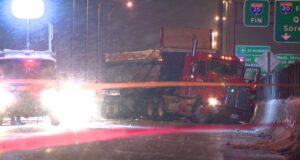 وصلت شرطة مقاطعة كيبيك إلى مكان الحادث الساعة 8 مساء. يوم الأحد بعد أن اصطدم الرجل بشاحنة صغيرة ومركبة كبيرة أخرى أثناء قيادته جنوبًا في الممر المتجه شمالًا على الطريق السريع 25 (Cosmo Santamaria)