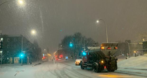سيارة تجرف الثلج مع اول عاصفة ثلجية