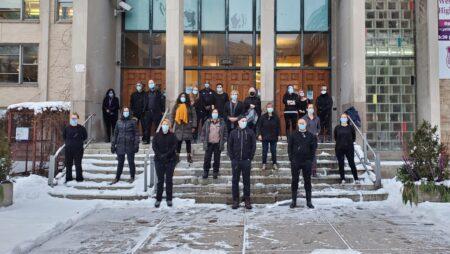 """يرتدي المعلمون في مدرسة ويستماونت الثانوية جميع الملابس السوداء ، من بين أشياء أخرى ، """"حدادًا على الوفيات الحتمية التي ستحدث بسبب زيادة انتقال العدوى بسبب إعادة فتح المدارس"""" في مونتريال يوم الاثنين ، 18 يناير 2021. (جان لوك بولش ، أخبار CTV مونتريال)"""