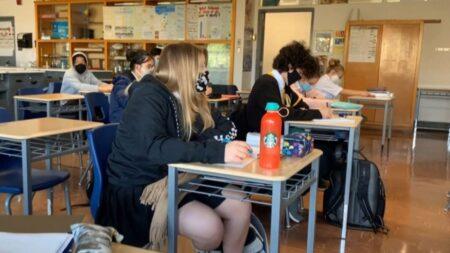 طلاب في مدرسة في كيبيك