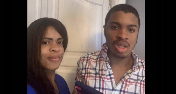 صورة لأم وابنها المصاب بالتوحد الغير لفظي، أم تتهم المدرسة بطرد ابنها المصاب بالتوحد غير اللفظي بسبب عرقه