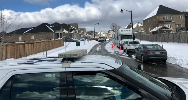 صورة لموقع تحقيق وحدة التحقيقات الخاصة في حادث طعن وإطلاق نار نفذته الشرطة في جبل ألبرت ، أونت حيثإصابة طفلان وامرأة تبلغ من العمر 35 عامًا في جبل ألبرت في أونتاريو