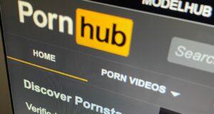 صورة للصفحة الرئيسية لموقع pornhub، حيث إمرأة تعاني بسبب فيديو إباحي للأطفال، وتشهد على موقع Pornhub في لجنة الإخلاقيات