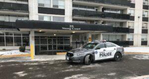صورة ل طراد شرطة تورنتو شوهد خارج مبنى سكني في شمال يورك،اتهام مراهق ثان بإطلاق النار على فتاة تبلغ من العمر 14 عامًا داخل شقة في تورونتو