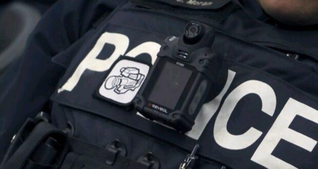 صورة لضابط شرطة من شرطة مونتريال على أثر احتجاج العشرات ،حيث احتجاج العشرات من سكان مونتريال خارج قاعة المدينة احتجاجاً على كاميرات الشرطة