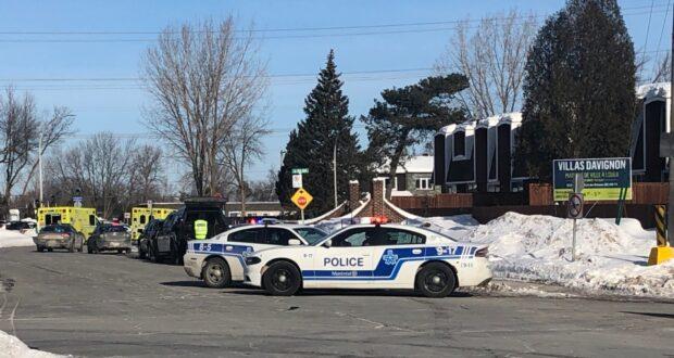 صورة أقامت شرطة مونتريال (SPVM) حاجزًا في Dollard-des-Ormeaux حول مبنى سكني بينما يبحث الضباط عن مشتبه به مسلح ثان بعد أن اعتقلوا الأول في وقت سابق.اعتقلت شرطة مونتريال رجلين على صلة بسطو مسلح مزعوم