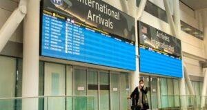 صورة لمسافر أمام بوابة المطار حيث أن الحجر الصحي الإلزامي في الفنادق للسفر الدولي قد يأتي بسرعة كبيرة