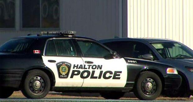 صورة لسيارات الشرطة في موقع الحادث حيث الشرطة تحقق في حادث ضرب كاذبة في ميلتون في أونتاريو
