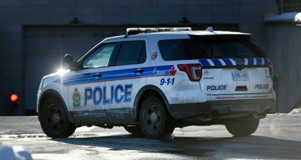 شاحنة شرطة أوتاوا شوهدت في أوتاوا يوم الاثنين حيث القبض على سائق مراهق وهو يسير بسرعة 213 كم في الساعة في شارع وودروف