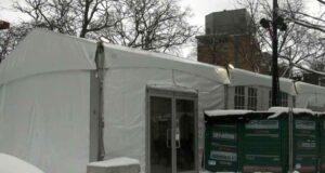 صورة لخيمة التدفئة الخاصة بالمشردون في مونتريال، حيث المشردون في مونتريال لديهم مكان آمن للنوم والطعام مع افتتاح خيمة تدفئة ساحة كابوت