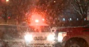 صورة لتساقط الثلج على السيارات في شوارع مونتريال حيث امرأه تبلغ من العمر 22 عامًا في حالة حرجة بعد أن صدمتها شاحنة إزالة الجليد