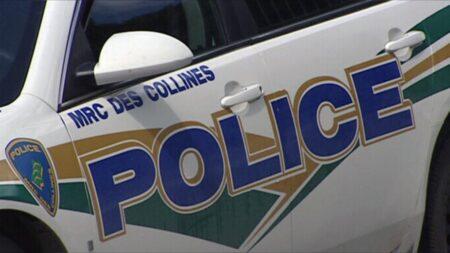 صورة لسيارة من شرطة كيبيك حيث شرطة كيبيك تفرق حفلة منزلية بعد أن اشتكى مقتحم الحفل العاري من الاعتداء