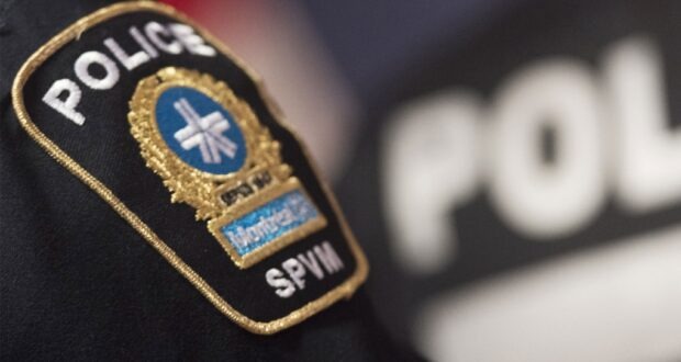 صورة تظهر شارة شرطة مونتريال خلال مؤتمر صحفي في مونتريال. حيث تم ضبط ما قيمته 70 ألف دولار من التبغ غير القانوني ، والحشيش ، والمبالغ النقدية