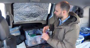 صورة لتيم ماكفارلين العامل الذي يعيش في الخطوط الأمامية في شاحنته الصغيرة منذ فبراير من العام الماضي. إنه واحد من حوالي 235000 كندي يعانون من التشرد كل عام.عامل في الخطوط الأمامية أصبح بلا مأوى قبل انتشار الوباء مباشرة