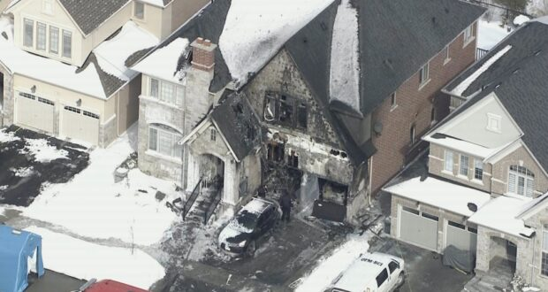 صورة تظهر الجزء الخارجي من منزل في جورج تاون التهمته النيران حيث مقتل شخصين بعد حريق منزل في جورجتاون في أونتاريو