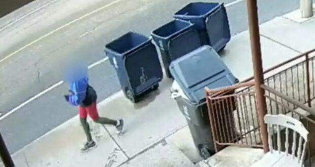 صورة للأمراة العداءة ، حيث يظهر مقطع فيديو راكب دراجة يصطدم بعداءة رياضية تبلغ من العمر 76 عامًا