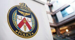 صورة لشعار في مقر خدمات شرطة تورنتو في تورنتو حيث