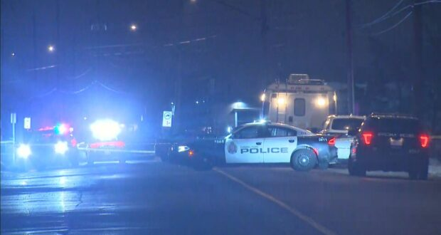 صورة لسيارات الشرطة حيث تحقق الشرطة في جريمة قتل في شارع أرفين وهيلتون درايف في هاميلتون.الشرطة تجري التحقيقات بعد العثور على شخص ميتا وآخر بجروح خطيرة في هاميلتون
