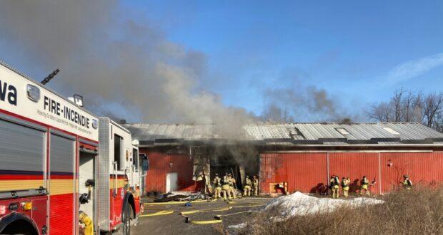 صورة لرجال الإطفاء في أوتاوا يخوضون حريقًا في حظيرة على طريق رينو في أوتاوا ، 23 مارس 2021. حيثالشرطة تفكك عملية زراعة داخلية للحشيش تم اكتشافها بعد حريق في حظيرة