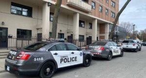 صورة لسيارات الشرطة في موقع الحادث العثور على شخصين ميتين داخل مبنى سكني في تورونتو