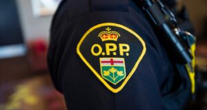 صورة لشعار شرطة مقاطعة أونتاريو على ذراع ضابط خلال مؤتمر صحفي في فوغان ، أونتاريو ، يوم الخميس ، 20 يونيو ، 2019القبض على مشتبه به في طعن ضابط من شرطة مقاطعة أونتاريو بالقرب من بيلفيل
