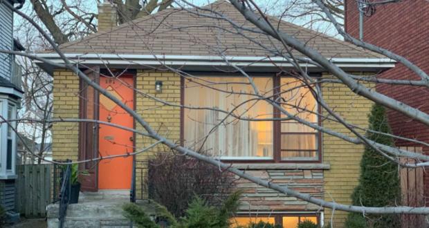 صورة للمنزل الذي بيع الواقع في 191 شارع ليزلي في تورنتو ، مقابل 1.46 مليون دولار هذا الأسبوع.بيع منزل في تورنتو مقابل 1,460,000 دولار، إليكم الأسباب