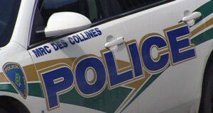 صورة لشعار الشرطة على سيارة الشرطة بعدتغريم سبعة من سكان أونتاريو مبلغ 1550 دولارًا لكل منهم بسبب تجمعهم