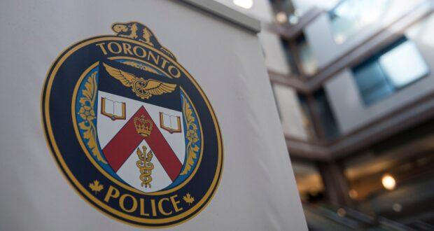 صورة لشعار في مقر خدمات شرطة تورنتو ، في تورنتو ، يوم الجمعة ، 9 أغسطس ، 2019. جيثتوفي رجل يبلغ من العمر 34 عامًا بعد أن صدمته سيارة في شمال يورك