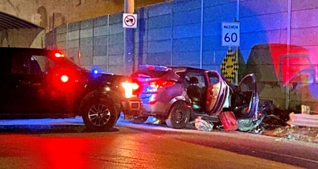 صورة لسيارة متحطمة والشرطة تحقق في الأمر حيث حادث سياره يؤدي إلى مقتل رجل يبلغ من العمر 34 عامًا في ميسيسوجا