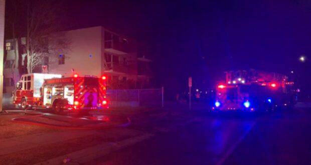 صورة طواقم الإطفاء حيث شوهدت خارج 922 شارع غلين بعد حريق كبير في مبنى سكني.حريق كبير في أوشاوا في أونتاريو يترك المستأجرين بلا مأوى