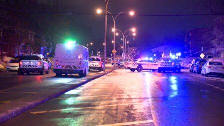 صورة لشرطة ساوث شور في موقع الحادث حيث شرطة ساوث شور بمونتريال تزور السكان بعد إطلاق النار في لونجويل
