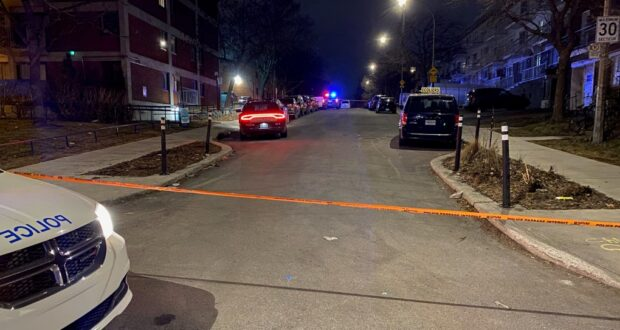 صوؤة لسيارات شرة مونتريال في موقع اطلاق النار حيث ردت شرطة مونتريال (SPVM) على مكالمة حول طلقات نارية في Rosemont Blvd. في مونتريال في 25 مارس 2021. حيث شرطة مونتريال تحقق في إطلاق النار على رجل في روزمونت