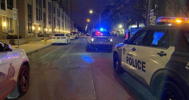 صورة للسيارات الشرطة حيث الشرطة تحقق في حادث طعن في سانت جيمس تاون، حيثطعن في وسط مدينة تورونتو يتسبب في إصابة رجل بجروح خطيرة