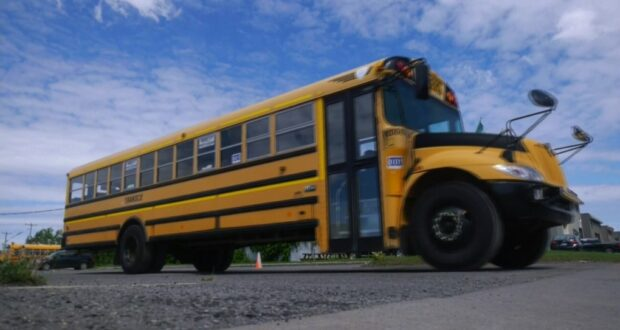 صورة لباص طلاب المدرسة حيث طلاب المرحلة الثانوية في المنطقة البرتقالية بكيبيك يعودون إلى المدرسة بدوام كامل