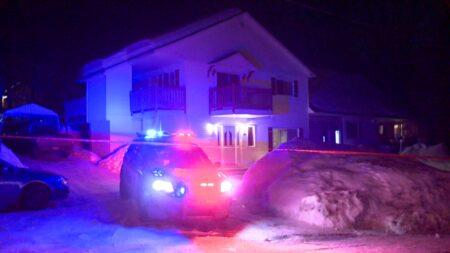 صورة للشرطة وهي تحقق في محاولة قتل مزدوجة مزعومة في Laurentians والتي كانت ستحدث مساء يوم 1 مارس 2021.امرأتان عمرهما، 60، 28 عاما توفيتا في جريمة قتل مزدوجة في لورينتيس