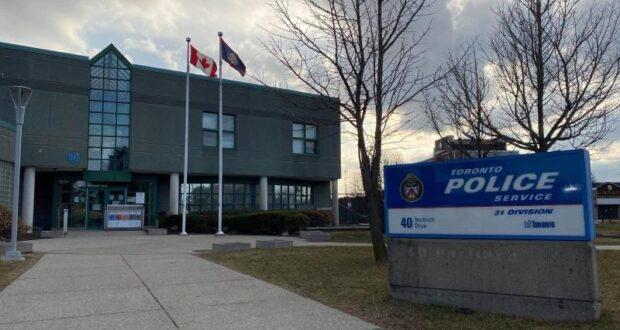 صورة لمركز شرطة تورنتو حيث قالت شرطة تورنتو إن وفاة طفلة تبلغ من العمر عامين تُعامل كجريمة قتل