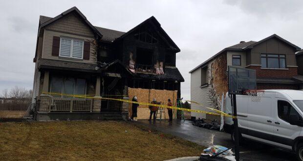 صورة للمنزل الذي تضرر في محكمة نوردمان فير في ستيتسفيل بشدة بسبب حريق اندلع في وقت متأخر من ليل 26 مارس 2021.منزل في ستيتسفيل تضرر بشدة من جراء الحريق في أوتاوا